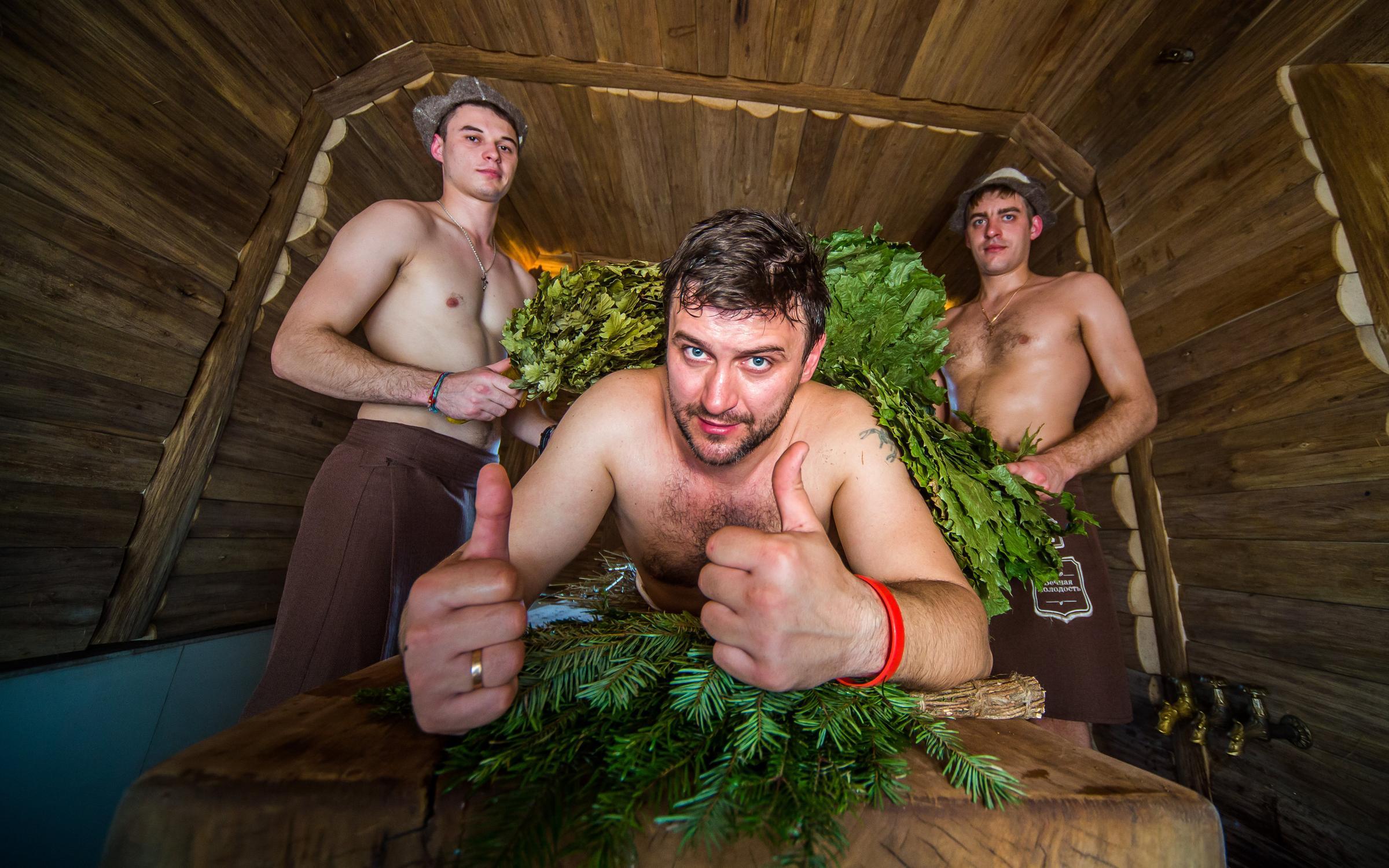 давилась, продолжала фото три мужика в бане взял тебя себе